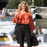Michelle Hunziker besucht die Internationalen Filmfestspiele von Venedig 2019. Bei ihrer Ankunft trägt die Moderatorinnoch eine bequeme Paperbag-Hose und Turnschuhe. Wenige Stunden später steht sie rausgeputzt auf dem Red Carpet...