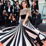 Model Sara Sampaio lässt für die Fotografen ihr Kleid schwingen.