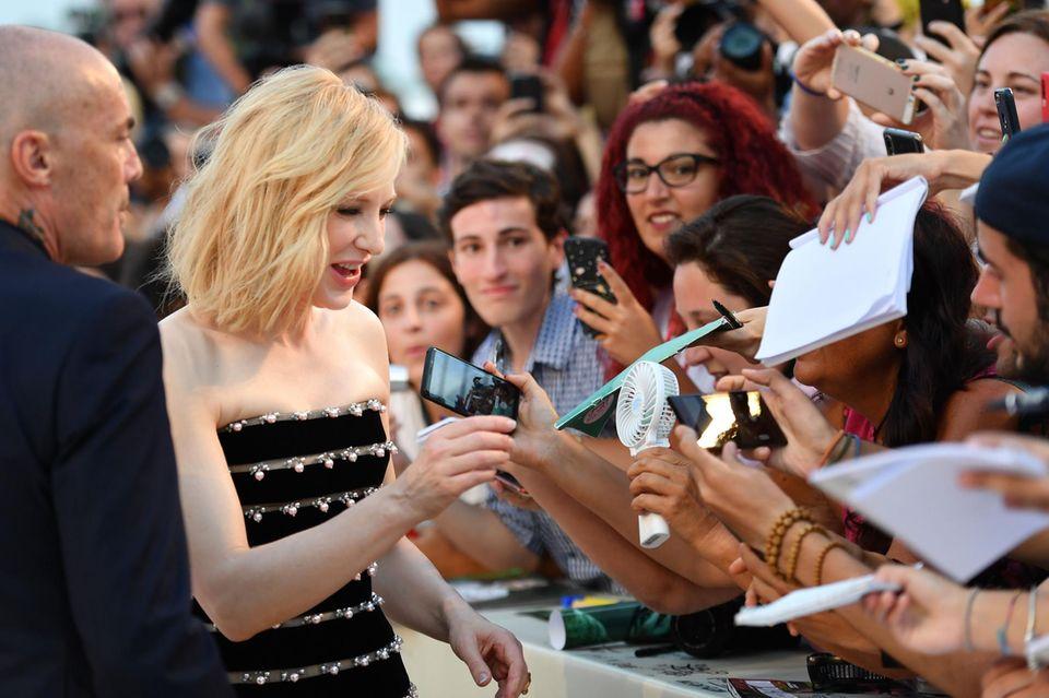 Cate Blanchett gibt bei ihrer Ankunft auf dem Red Carpet fleißig Autogramme.