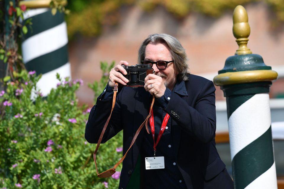 Schauspieler Gary Oldman wird kurzerhand selbst zum Paparazzi und fängt die stimmungsvollen Momente in Venedig seiner Kamera ein.