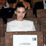 """Rooney Mara wartet gespannt auf den Beginn der """"Joker""""-Filmvorführung. Nur der Star des Abends ist noch nicht zu sehen."""