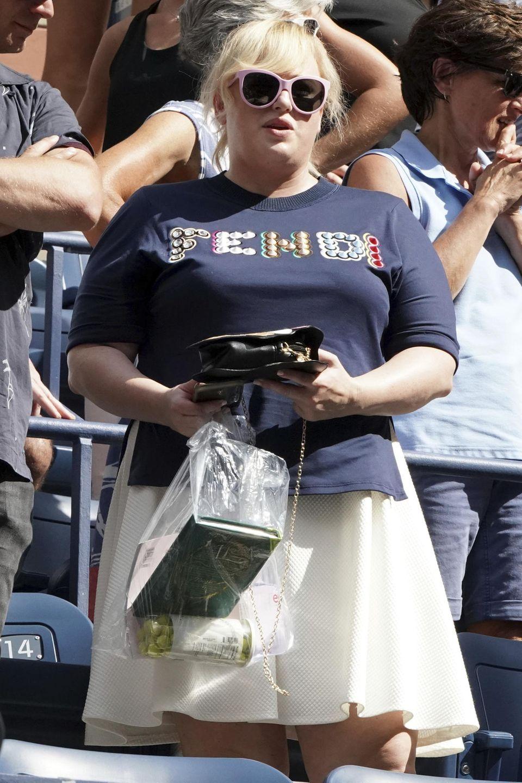 Das Outfit von Rebel Wilson könnte auch als Sportdress auf dem Tennisplatz durchgehen. Ihre Habseligkeiten hat die Schauspielerin in einer Plastiktüte verstaut.