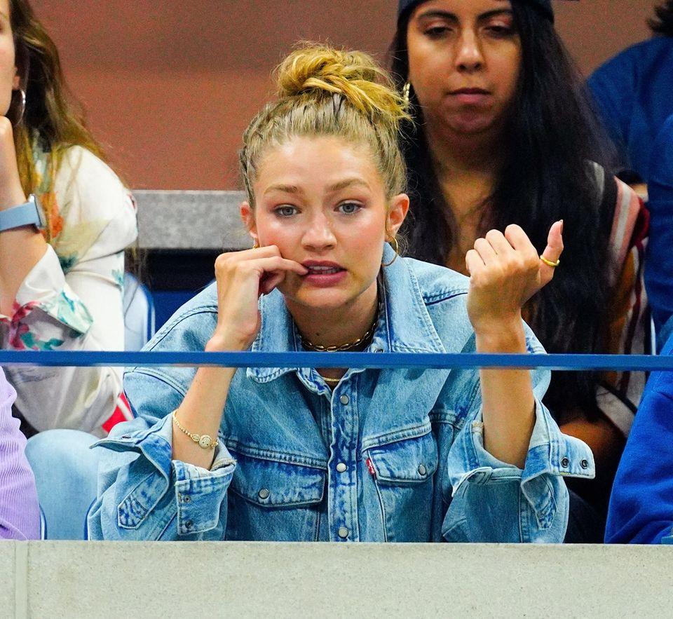 Gigi Hadid erwartet bei den US Open im wahrsten Sinne großes Tennis. Nervös kaut sie beim Spiel von Serena Williams an ihren Nägeln.