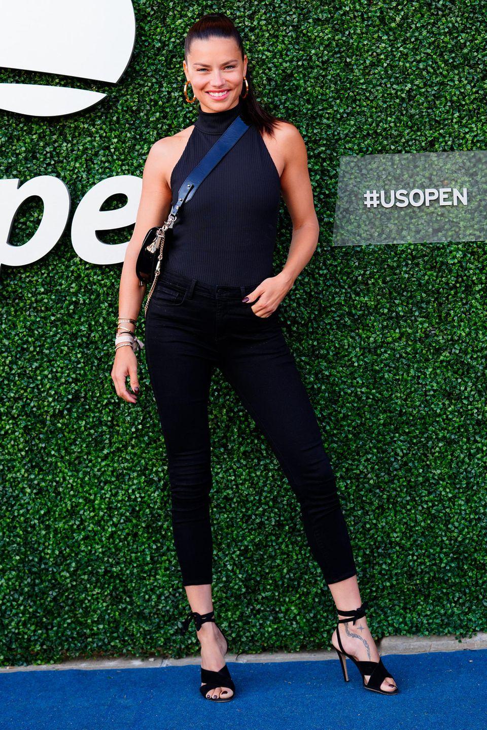 Zu den prominenten Zuschauern bei dem berühmten Tennis-Turnier zählt auch Topmodel Adriana Lima.