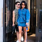 Priyanka Chopra stellt ihren Mann Nick Jonas mit ihrem Denim-Look klar in den Schatten. Im Minirock und passender Oversized-Jacke nimmt sie New York für sich ein, während der Musiker im bunten Muskel-Shirt hinterher schlendert.