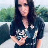 """1. September 2019  """"Autsch!"""" Manche Leute tun einfach alles für einen V-Ausschnitt. """"Friends""""-Star Courteney Cox ist über das zerschnittene T-Shirt nicht ganz glücklich."""