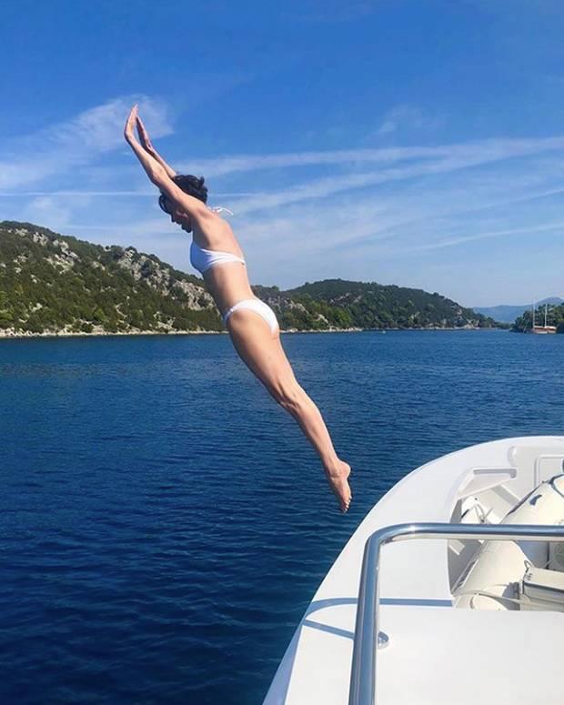 Für diesen Sprung ins kalte Wasser bekommt Charlize Theron die höchste Haltungsnote. Sie selbst ist einfach nur froh, ihren Allerwertesten in die Luft halten zu können.