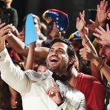 Bestens gelauntnimmt sich der venezolanischeSchauspieler Edgar Ramirez Zeit für Selfies mit seinen begeisterten Fans.
