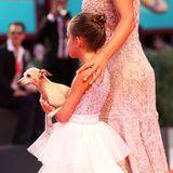 Virginia, Tochter von Andrea Bocelli, bringt zur Kineo Preisverleihung neben ihrer Mama auch ein vierbeiniges Familienmitgliedmit.