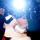 """Zusammen mit ihren Schauspielkollegen posiert Penélope Cruz für ein """"Familienfoto"""" zur Premiere des neuenThrillers""""WaspNetwork""""."""