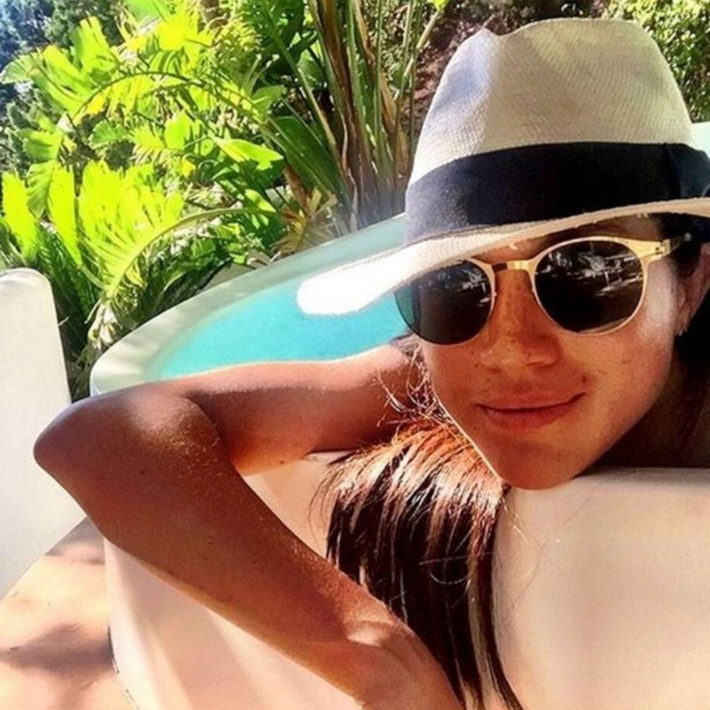 Auf Ibiza zeigt sich Meghan entspannt lässig mit Sonnenbrille und Strohhut aus dem Pool heraus. Ob sie da schon ahnte, dass sie einige Jahre später zusammen mit einem royalen Prinzen und Kind auf die spanische Insel zurückkehren wird?