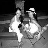 Zusammen mit ihrer besten Freundin Jessica Mulroney urlaubt Meghan Markle auf der beliebten Promi-Insel Capri in Italien. Selbst nach Sonnenuntergang darf er nicht fehlen - ihr heiß begehrter Strohhut.