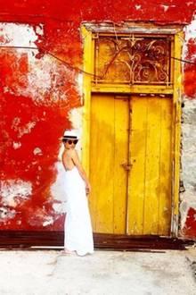 Was für ein toller Urlaubsschnappschuss der heutigen Herzogin von Sussex. Auf der griechischen Insel Hydra posiert Meghan in einem weißen Maxi-Kleid mit tiefem Rückenausschnitt. Ein Kleid, das sie heute als royales Familienmitglied wohl nicht mehr tragen könnte.