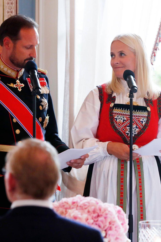 Auf der Konfirmation ihrer Tochter Prinzessin Ingrid Alexandra halten Prinz Haakon und Prinzessin Mette-Marit eine rührende Rede.
