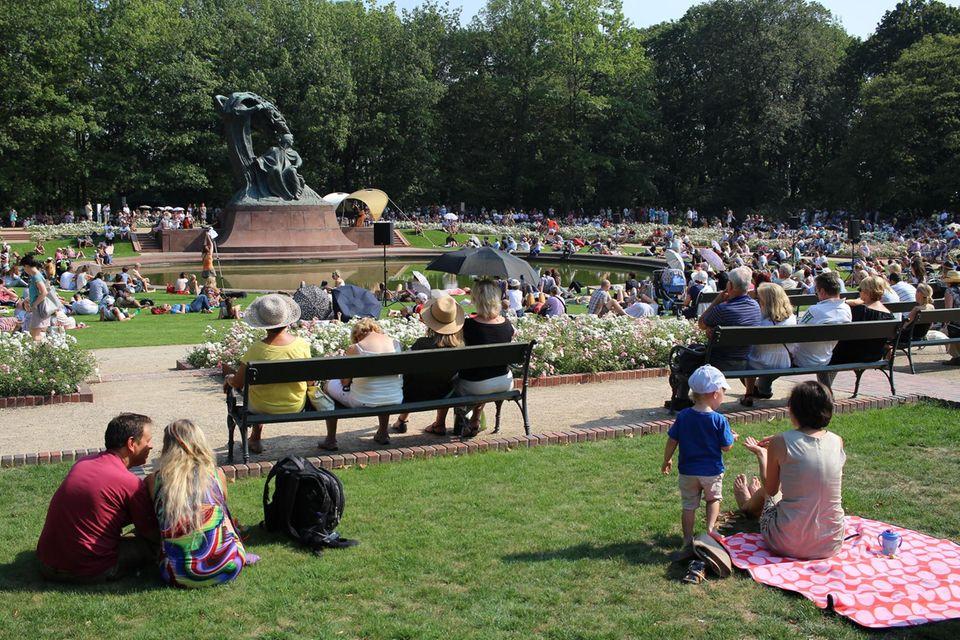 Zu den Klängen Chopins machen es sich zahlreiche Besucher im Lazienki Park gemütlich.