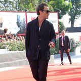 """Jude Law posiert gekonnt für die Fotografen. In einem lässigen Anzug und mit Sonnenbrille sieht er total nach """"Dolce Vita"""" aus."""