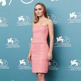 """Lily-Rose Depp präsentiert ihren neuen Film """"The King"""" in einem rosafarbenen Zweiteiler von Chanel. Weiße Riemchen-Heels runden den eleganten Look ab."""