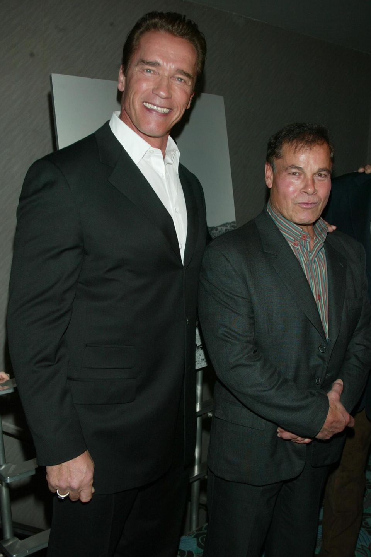"""Arnold Schwarzenegger und sein verstorbener Freund Franco Columbu beim 25. Jubiläum der Bodybuilder-Dokumentation """"Pumping Iron"""" in New York im Jahr 2002."""