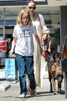 4. August 2019  Angelina Jolie ist mit ihren Kindern, hier Tochter Vivienne,häufig in einer Zoohandlung in L.A. einkaufen, der Familienhund will schließlich gut versorgt sein.