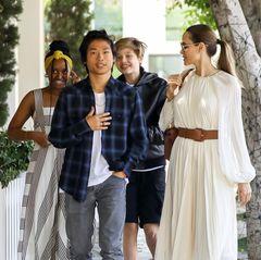 2. September 2019  Da hat aber jemand gute Laune! Angelina Jolie ist mit ihren Kids Pax, Zahara und Shiloh zum Lunch in Beverly Hills unterwegs, und die Stimmung ist ausgelassen.