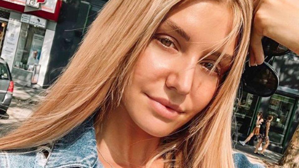 Nur wenige Tage vor Ausstrahlung des Bachelorette-Finales zeigt sich Gerda Lewis auf Instagram mit einer neuen Haarfarbe. Ihre beinahe schon weißblonden Haare haben nun einen deutlich natürlicheren Blondton, der einen leichten Orangestich aufweist. Neuer Look, neues Kapitel?