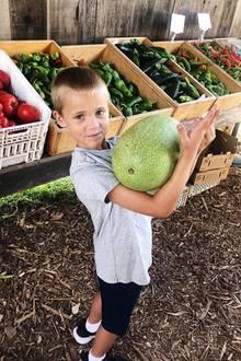 Er hat eine Wassermelone getragen! Reese Witherspoon feiert mit ihren Söhnen das Labor-Day-Wochenende, und der 6-jährige Tennessee zeigt, dass er die schwereFrucht schon ganz alleine transportieren kann.