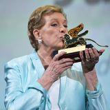 Im Rahmen der 76. Filmfestspiele bekommt Julie Andrews den Goldenen Löwen verliehen.Stolz präsentiert sie den Ehrenpreis für ihr Lebenswerk.