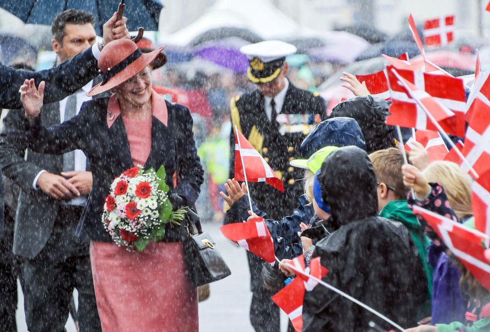3. September 2019  Mit guter Laune trotzt Dänemarks Königin Margrethe dem schlechten Wetter. Während ihres Besuches in Schleswig-Holstein wird sie im strömenden Regen von Schulkindern der dänischen Minderheit begrüßt.