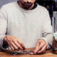 Mann zählt sein Kleingeld