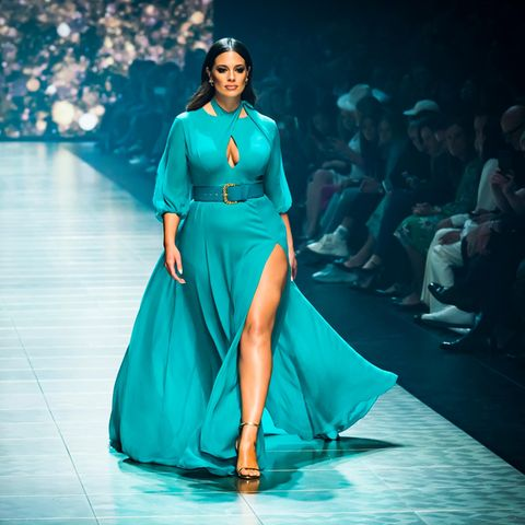 Plus-Size-Mode, Ashley Graham auf dem Laufsteg in blauem Kleid