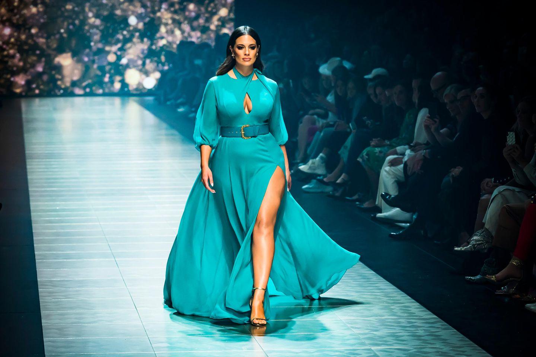 Plus-Size-Mode, Ashley Graham auf dem Laufsteg in blauem Kleid