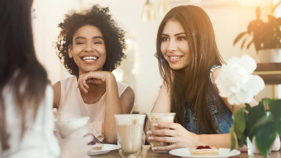 Freundinnen beim Kaffeetrinken