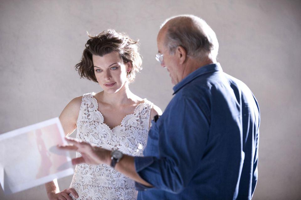 2009 fotografiert Lindbergh Milla Jovovich für eine Kampagne der Modefirma Ann Taylor.