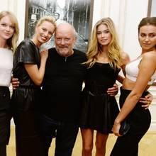Die Laufstegschönheiten Lindsay Ellingson, Karolina Kurkova,Doutzen Kroes und Irina Shayk haben den Fotografen in ihre Mitte genommen.