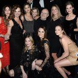 Bei einer Dinner-Party zum 50. Geburtstags des legendären Pirelli-Kalenders wird Lindbergh von Models umringt.