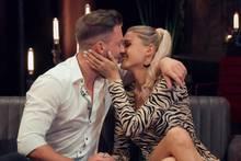 """""""Ja, wir sind zusammen"""": Keno und Gerda küssen sich beim """"Bachelorette""""-Wiedersehen."""