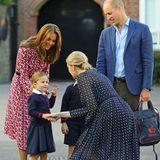 Prinzessin Charlotte wird von ihrer Lehrerin begrüßt.
