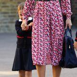 Ein wenig schüchtern zeigt sich Prinzessin Charlotte bei so viel Trubel um ihre Person und versteckt sich hinter Mama Herzogin Catherine.