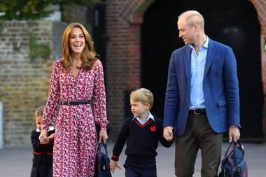 Ein dünner schwarzer Gürtel betont ihre schmale Taille, dunkelblaue Wildlederpumps von Prada machen den Look perfekt. Bestens gelaunt bringen Kate und William ihre beiden ältesten Kinder zurThomas's Battersea Schule in London.