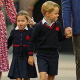 Prinz George, an der Hand von Prinz William, zieht lustige Grimassen und wirkt deutlicher cooler als seine Schwester.