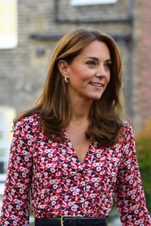 Neues Schuljahr, neuer Look? Kate scheint ihr brünettes Haar etwas kürzer zu tragen als noch vor einigen Wochen. Kastanienbraune Highlights lassen ihren Teint frischer wirken - das strahlende Lächeln tut da auch viel für.
