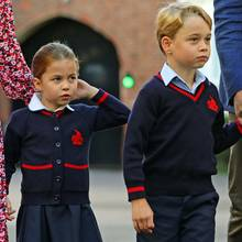 Bei einer Segelregatta im August hat Prinzessin Charlotte noch die Zunge ins die Kameras gestreckt, an ihrem großen Tag hingegen ist die kleine Prinzessin gar nicht mehr so frech und fährt sich nervös durch die Haare.
