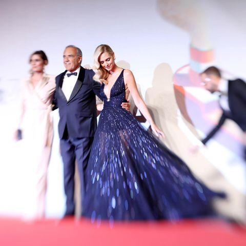 """Gemeinsam mit Festivaldirektor Alberto Barbera und der Regisseurin der Dokumentation """"Chiara Ferragni - Unposted"""", Elisa Amoruso, betrittChiara Ferragni die Bühne. Die Influencerin ist der Star im neuen Kinofilm über sich selbst."""