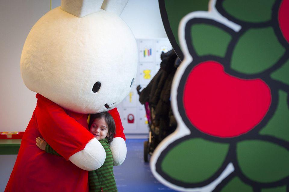 Kinder lieben Hase Miffy.