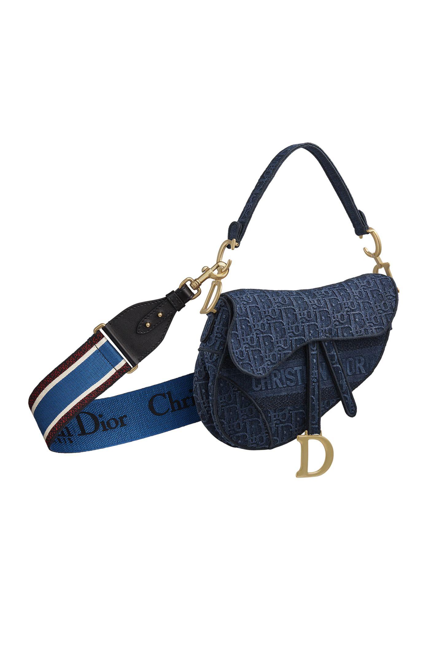 Dior im Denim-Look: Für die Herbst-Winter-Kollektion erstrahlt die vom Reitsport inspirierte Dior Saddle Bag in einer bestickten Denim-Version im Dior Oblique Muster, welches bereits 1967 von Marc Bohan entworfen wurde. Ca. 2.900 Euro.