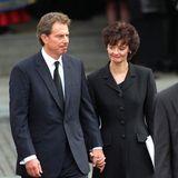 Ebenfalls unter den Gästen: Tony Blair und seine Ehefrau Cherie. Blair ist erst einige Wochen im Amt des Premierministers, als Diana stirb -und sieht sich zugleich mit einer der größten Herausforderungen seiner Karriere konfrontiert: dem Krisenmanagement zwischen der schweigenden Queen auf Schloss Balmoral und dem verärgerten Volk in London. Mit Erfolg: Einen Tag zuvor, am 5. September, hatte die Queen mit einer berührenden Rede an die Nation die Wogen geglättet.