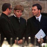 Sänger George Michael, Pop-Star Elton John und dessen LebensgefährteDavid Furnish erweisen Diana die letzte Ehre.