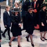 Die Familie von Diana betritt die Kirche (v.l.n.r.): ihre Schwester Jane Fellowes, ihre Mutter Frances Shand-Kydd und ihre Schwester Lady Sarah Mccorquodale. Hinter ihnen gehen Dianas Nichten Eleanor und Laura Fellowes.