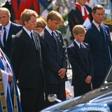 Ein Foto, das Herzen auf der ganzen Weltbricht: Prinz William und Prinz Harry stehen, flankiert von ihrem Onkel Charles Earl Spencer und ihrem Vater Prinz Charles, vor dem Sarg ihrer Mutter Prinzessin Diana.