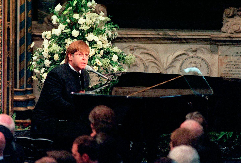 """Ein Auftritt, der zu Tränen rührtund in die Zeitgeschichte eingeht: Elton John singt mit """"Candle In The Wind"""" seinen persönlichen Tribut an Diana. 2017 offenbart Prinz Harry in einer """"BBC""""-Dokumentation über den bewegenden Moment:""""""""Elton Johns Song war unglaublich emotional.Eswar Teil des Trigger-Systems, das mich beinahe dazu gebracht hat, in der Öffentlichkeit zu weinen."""""""